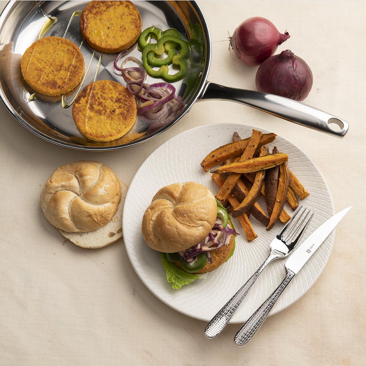 Wortelburger met zoete aardappelfrietjes